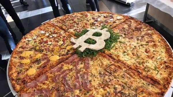 Огромная пицца приготовленная в честь Bitcoin Pizza Day